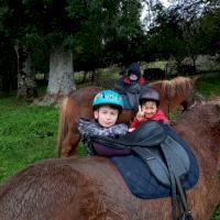 Fermeraie_2_enfants_et_cheval.jpg