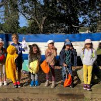 DZ_groupe_enfants_devant_barque_petits.jpg
